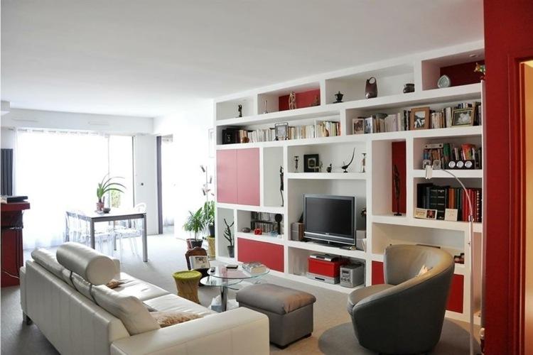 salon moderno estantes blanco rojo
