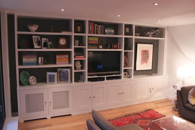 salon pequeño blanco estantes pared