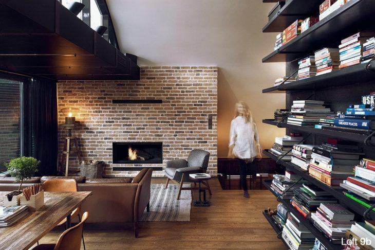 sillas paredes ladrillos estantes libreros abierto