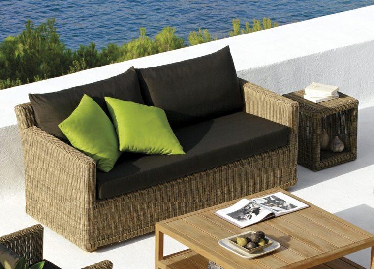 sofa ratan cojines verdes marrones
