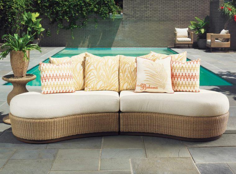 sofá de exterior moderna base color beige cojines blancos ideas