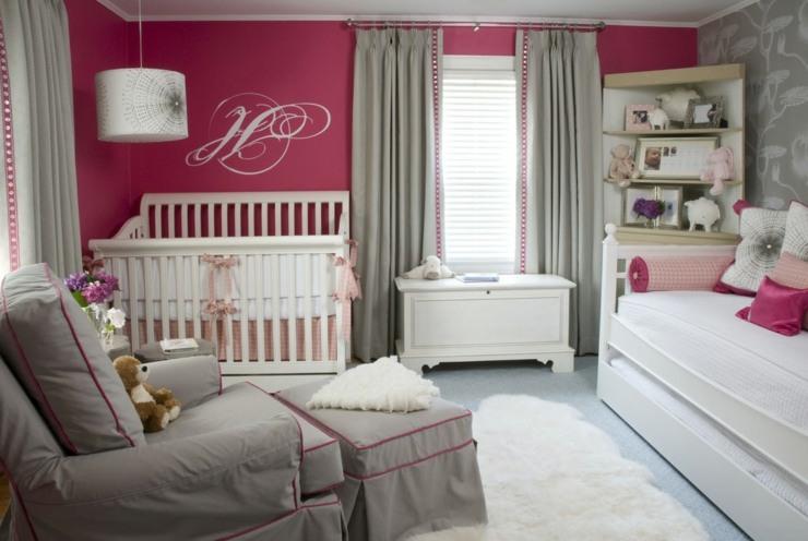 sofa paredes grises cortinas senderos letras