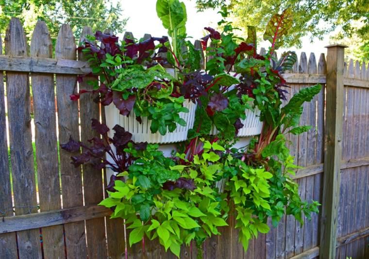 valla con jardineras colgantes