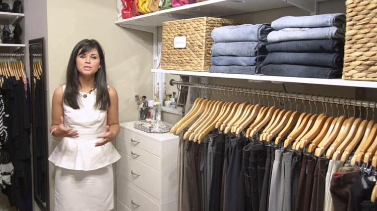 armarios organizados prendas colores cesta