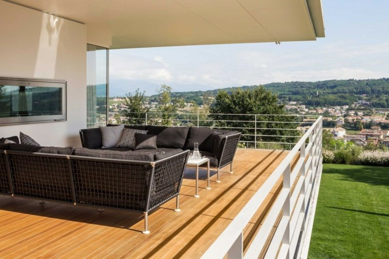 balcon amplio muebles negros barandillas blancas ideas