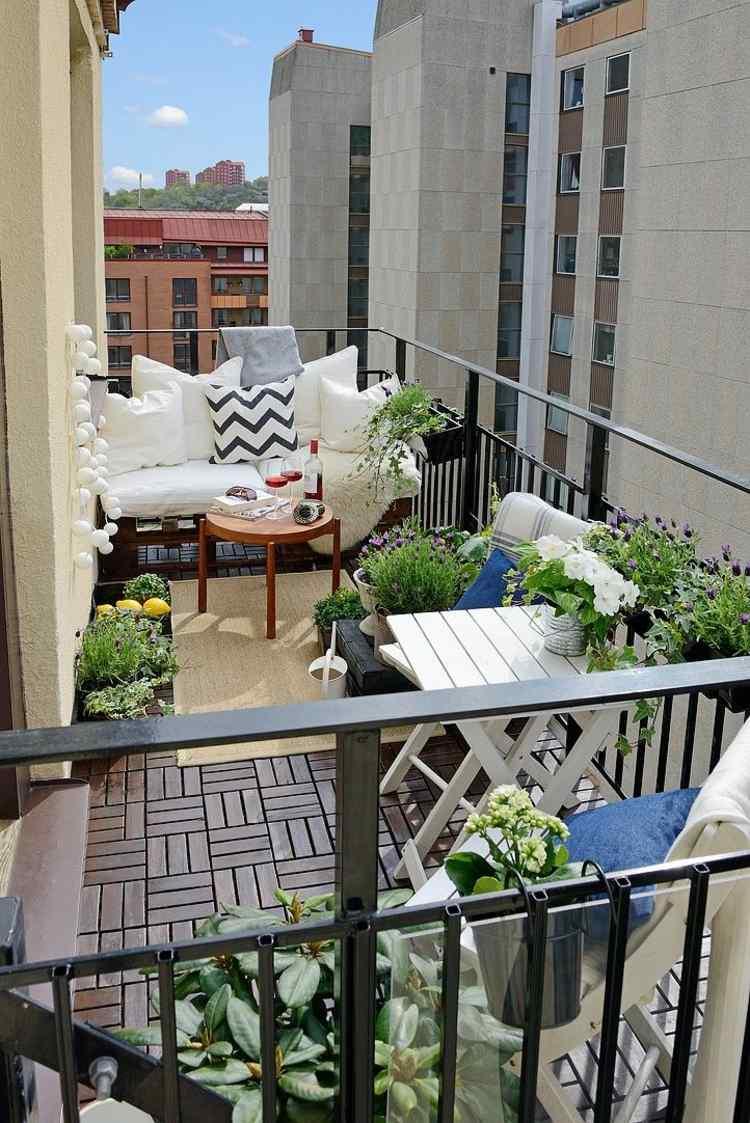 balcon muebles decoracion cojines blancos mesita madera ideas