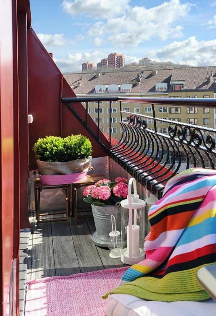 balcon pequeno flores alfombra roja ideas