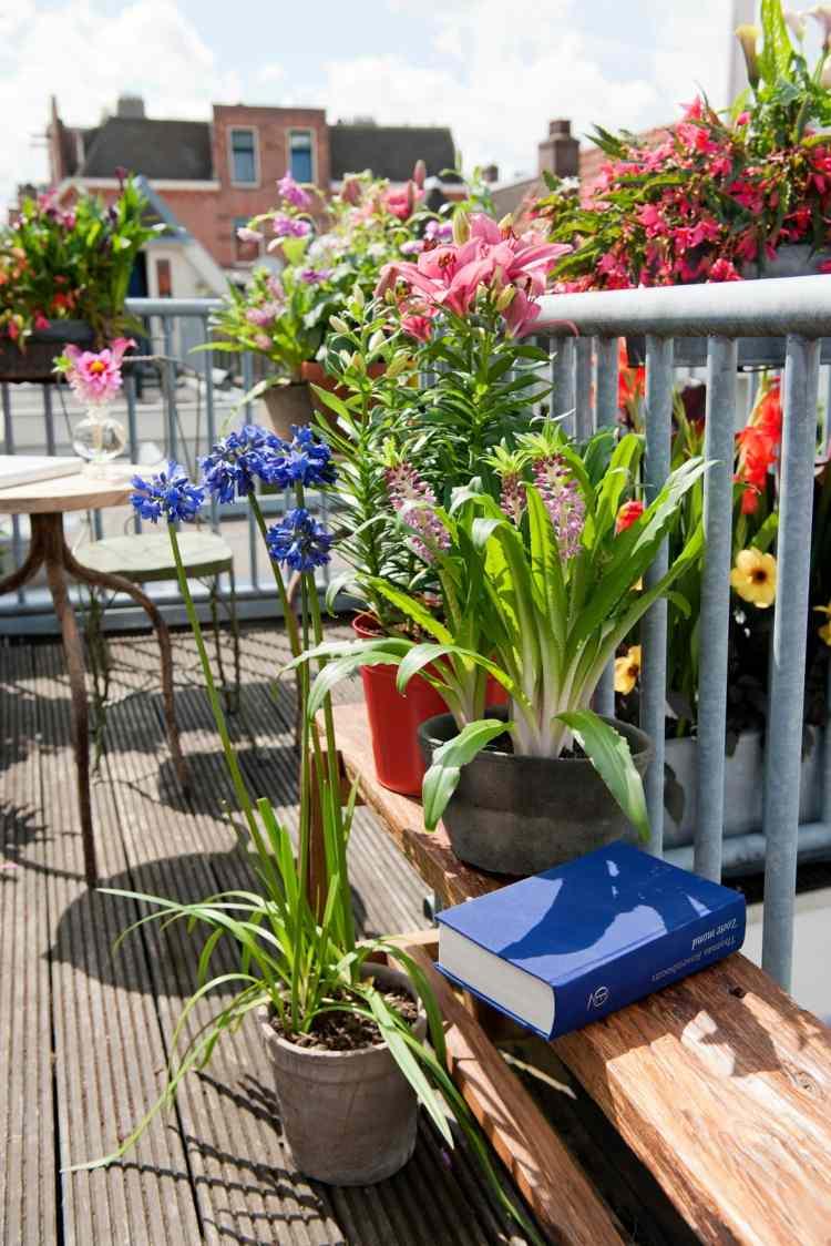 banco madera macetas flores primaverales balcon ideas