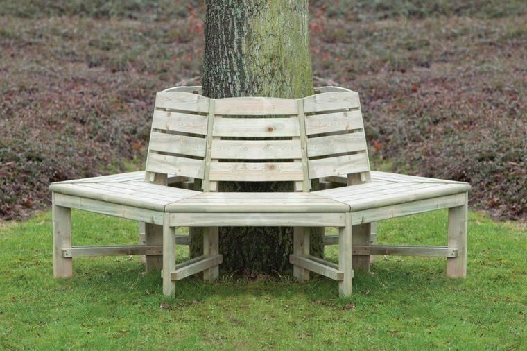 bancos rodean madera árboles