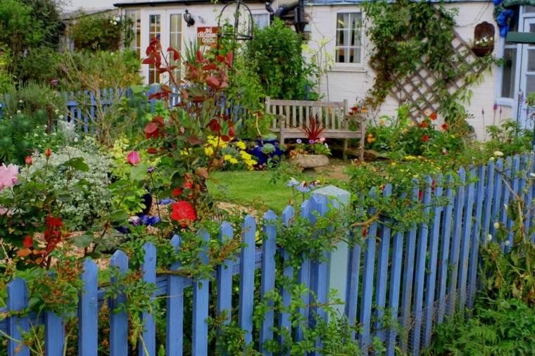 bonito jardín valla azul