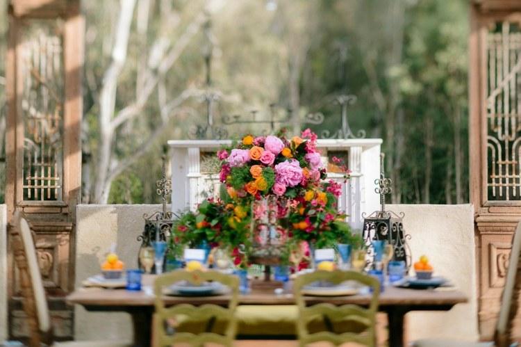bonita decoración mesa flores
