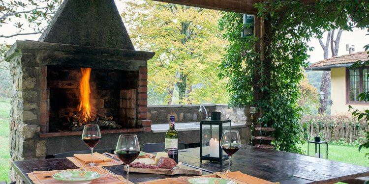 bonita terraza pérgola chimenea