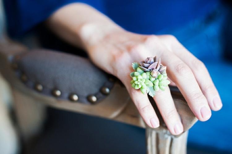 bonito anillo decorado plantas suculentas