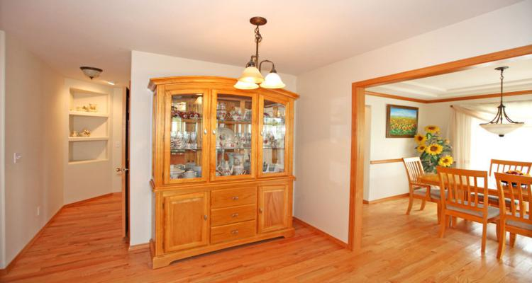 bonito armario madera comedor natural