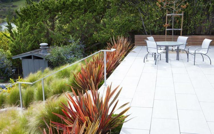 bonito diseño de jardín aterrazado