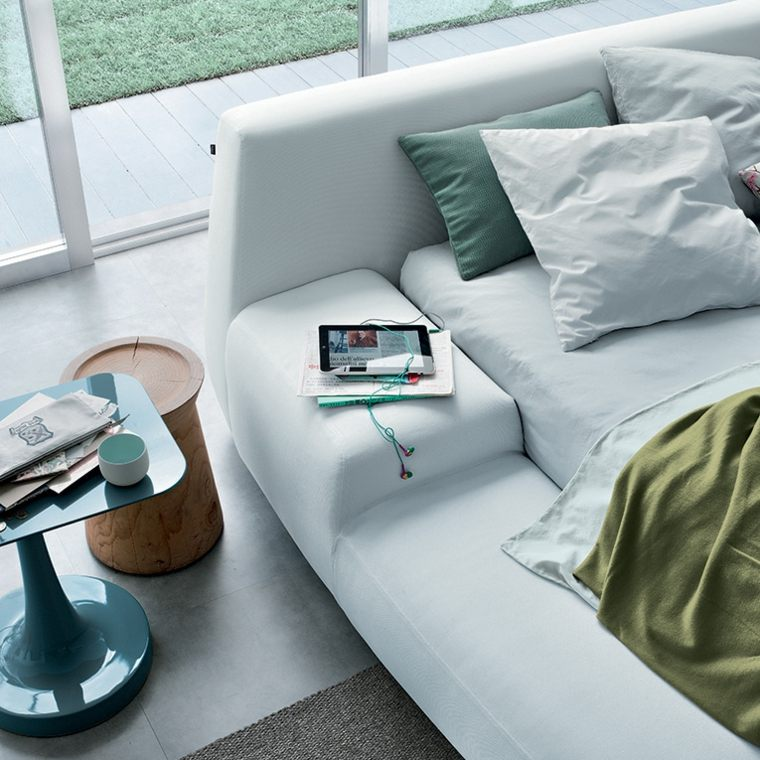 diseño cama blanca acolchada moderna