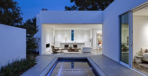 Casas pequeñas : una casa de diseño con piscina en la terraza