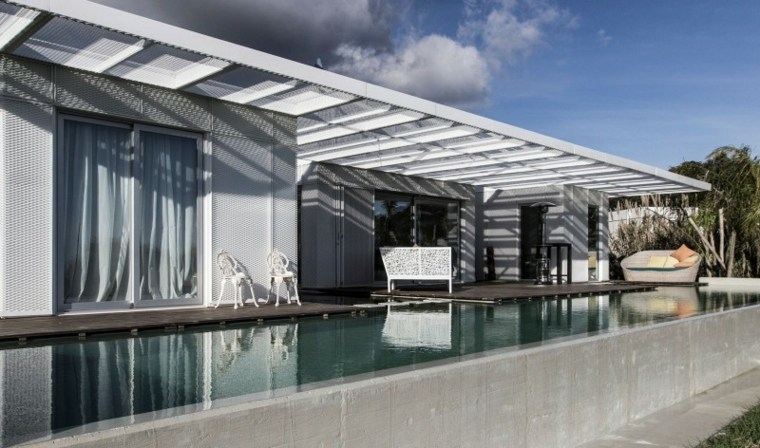 casa piscina pergola blanca terraza ideas