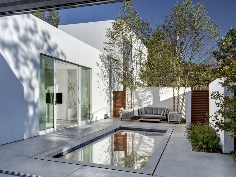 Casas peque as una casa de dise o con piscina en la for Disenos de terrazas pequenas