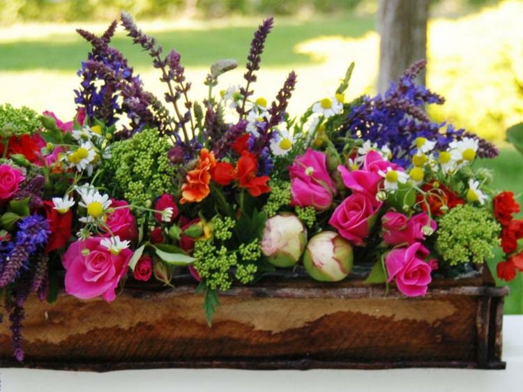 centro mesa caja madera flores