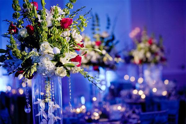 centros mesa bodas contraste entre luz flores ideas