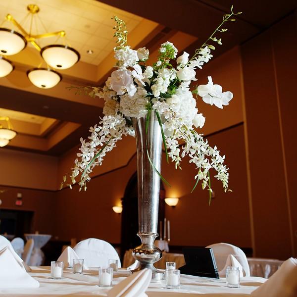 centros mesa bodas flores blancas plata ideas