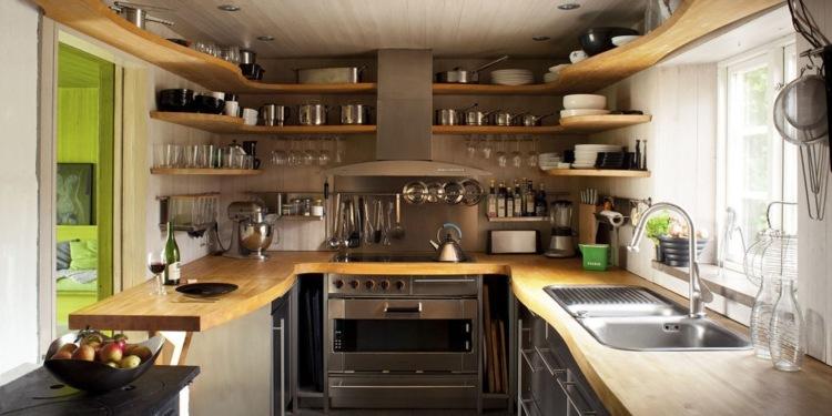 cocina pequeña estantes funcionales madera