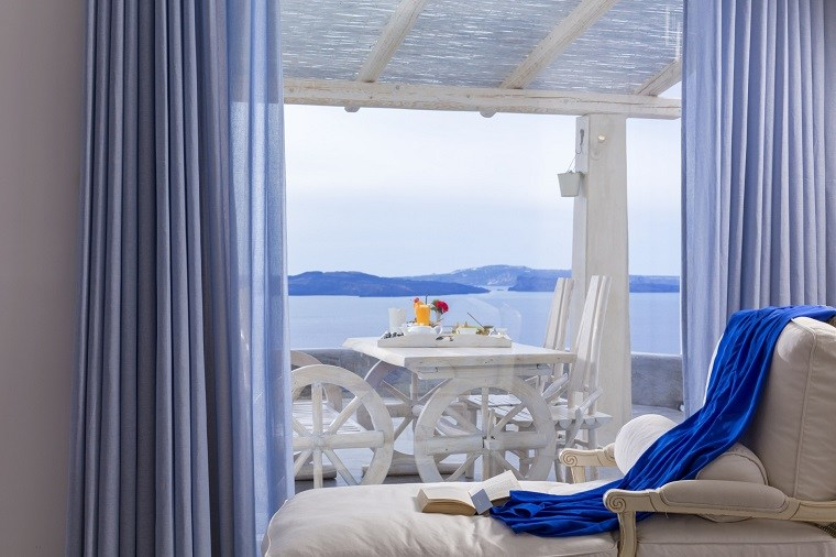 costa mediterranea terraza grecia mesa sillas madera blanca ideas