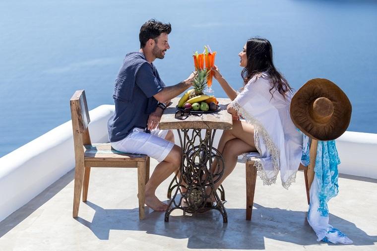 costa mediterranea terraza grecia mesa sillas madera ideas