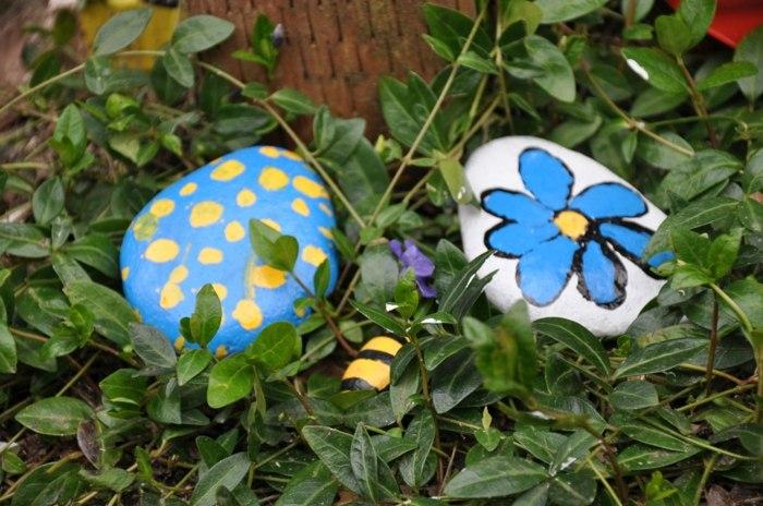 creativas rocas decoradas patio azules
