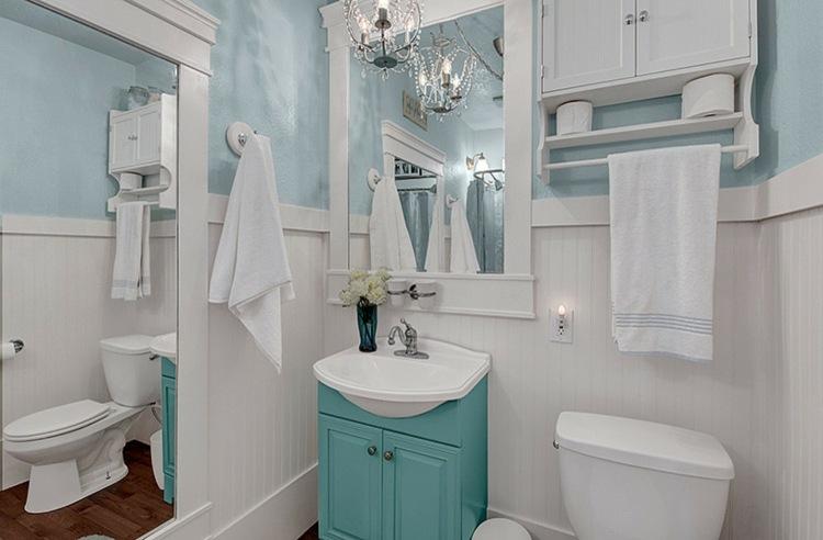 cuarto baño blanco y celeste