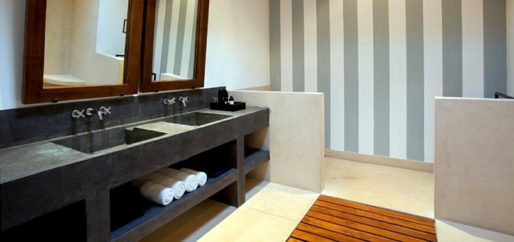 cuarto baño cemento lavabo negro