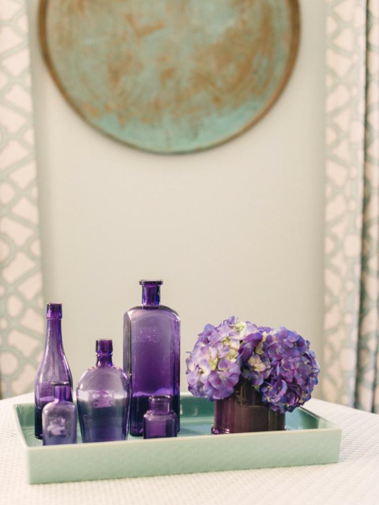 decoración flores botellas violeta