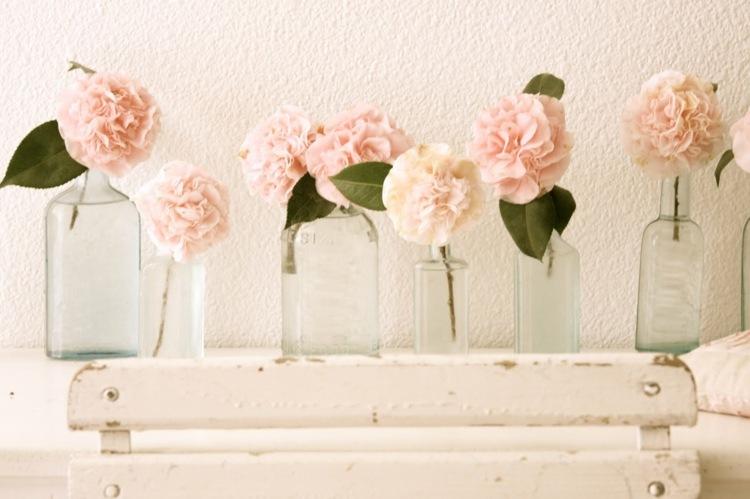 decoración simple botellas flores