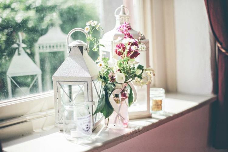decoración ventana faroles flores