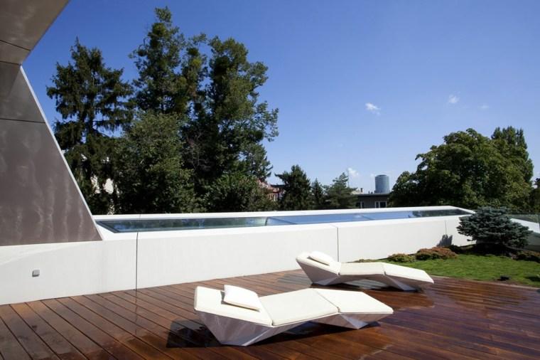 decoracion terraza suelo madera tumbonas blancas ideas