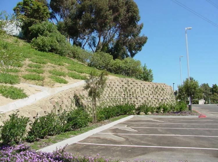 diseño muro bloques piedra verdura