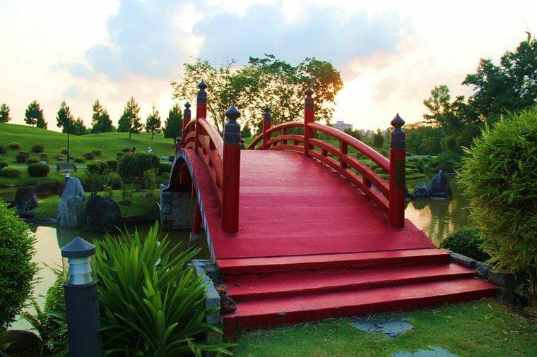 Puente en el jardín - cincuenta y nueve ideas para exteriores -