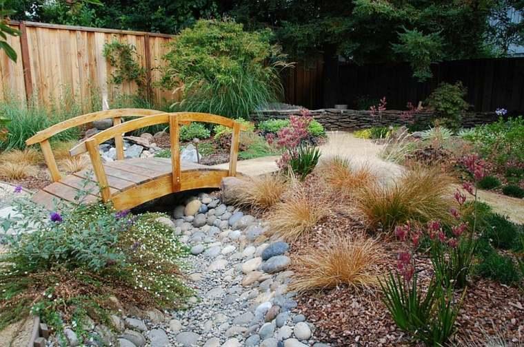 Puente en el jard n cincuenta y nueve ideas para for Disenos de jardines con piedras