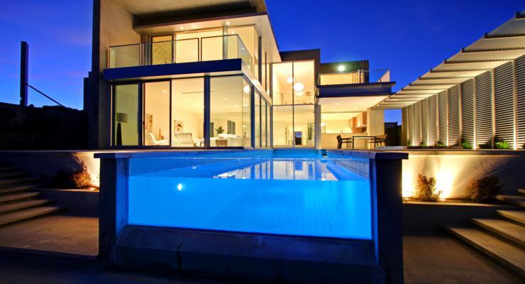 diseño piscina moderna vidrio