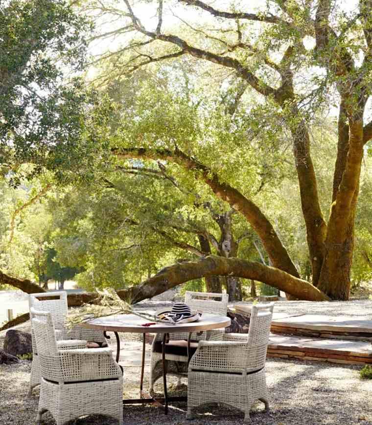 diseño de jardines soleado sillones mesa redonda ideas