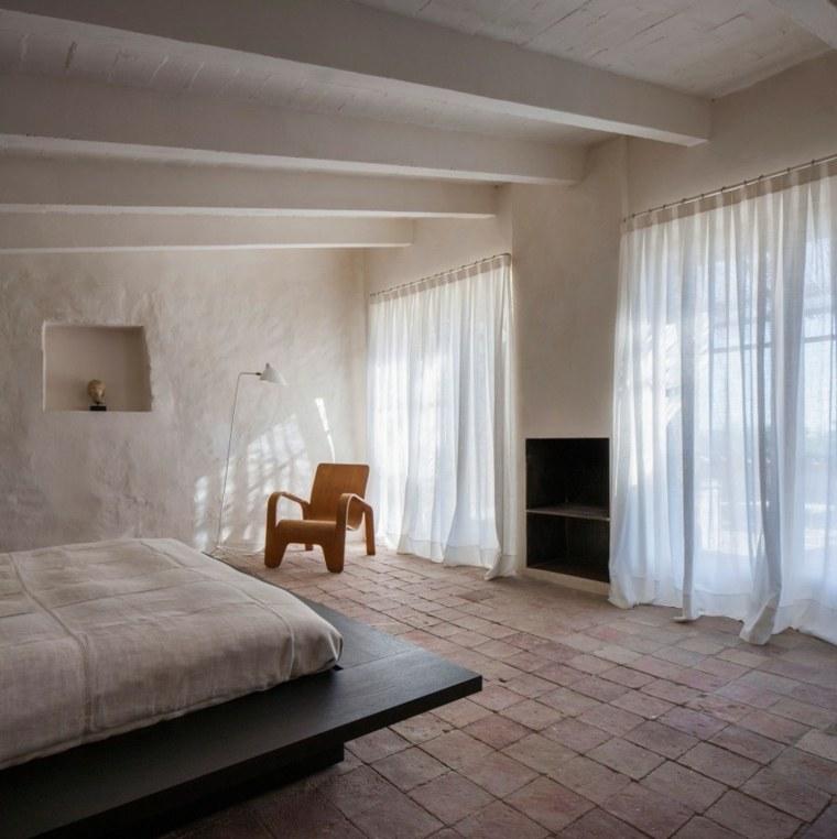 dormitorio casa cortinas blancas sillon madera ideas