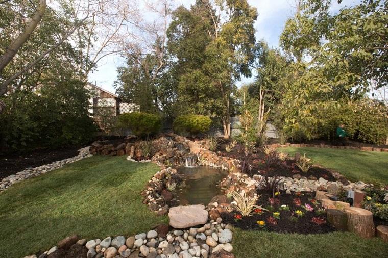 agua jardin moderno flores ceped piedras ideas