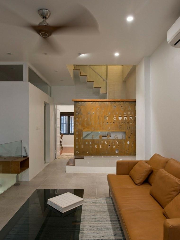 el apartamento salon escalera sofa ideas