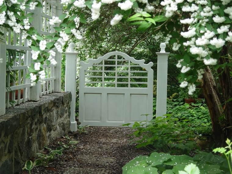 entrada puerta jardín blanca