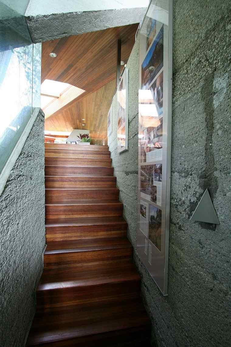 escalera interior casa colina ideas