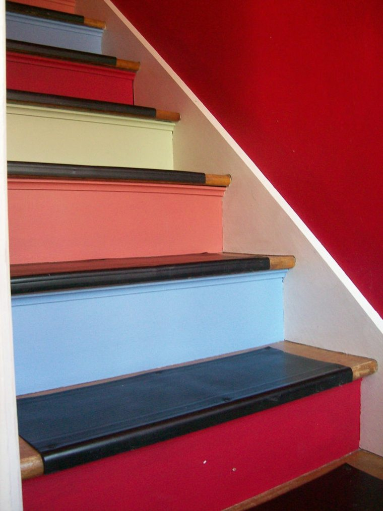 escaleras interior coloridas pared roja ideas