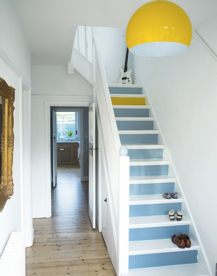 escaleras interior escalones blanco azul amarillo ideas