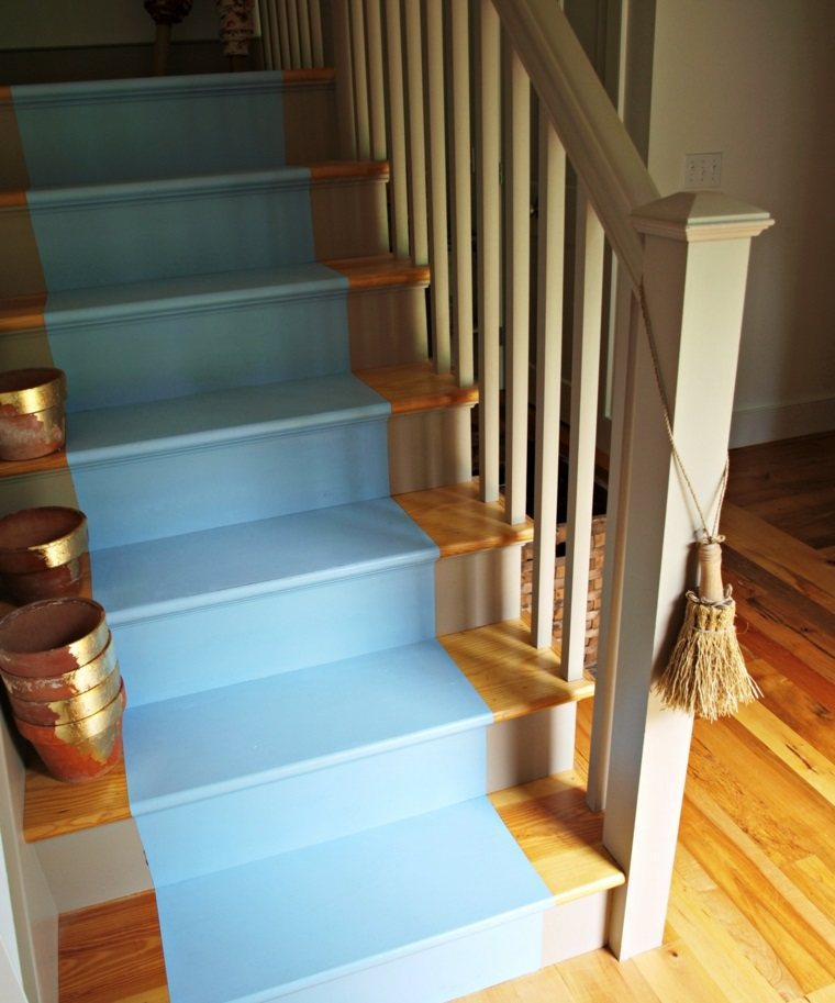 escaleras interior madera pintada color azul ideas
