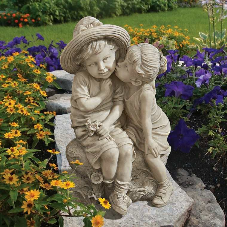 estatuas beso romantico ninos decorando jardin ideas